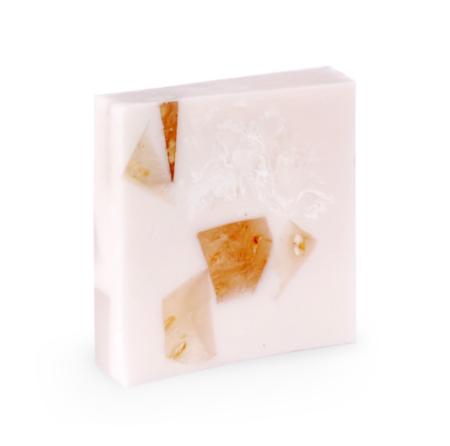 Seife in weiß mit Formenmuster.