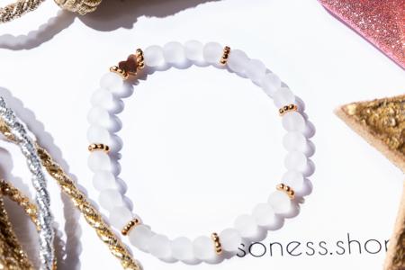 Armkettchen mit weißen Glasperlen und goldener Herzperle